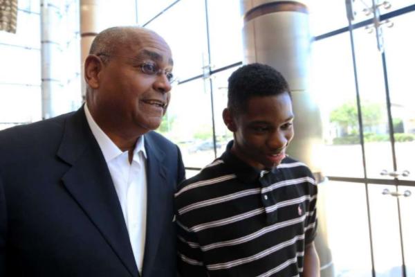 Ellis speaks with Worthing High School sophomore Darius Hines. From Houston Chronicle.